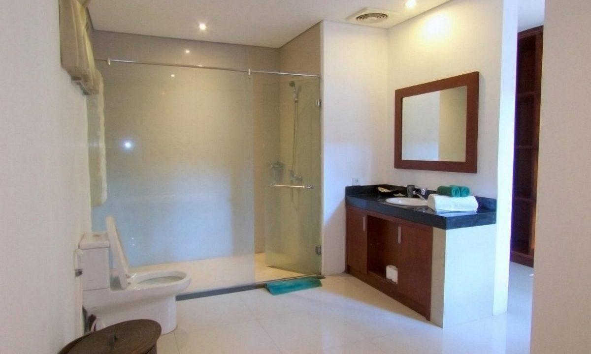 bali-sanur-beach-villas-master-bath-2