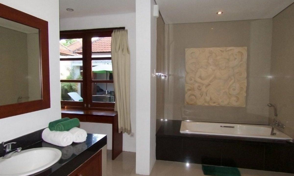 bali-sanur-beach-villas-master-bath-4